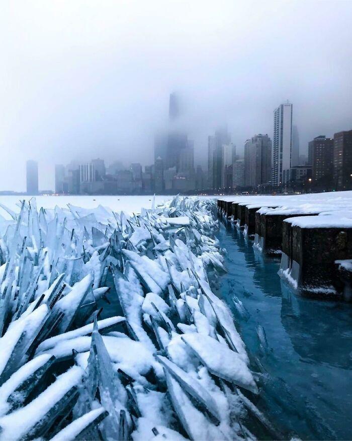 Замёрзшая вода озера Мичиган выглядит как нечто из «Игры престолов»