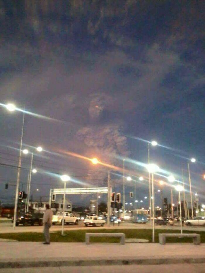 Облако вулканического пепла в Чили похоже на гигантского монстра, вызванного из подземного мира