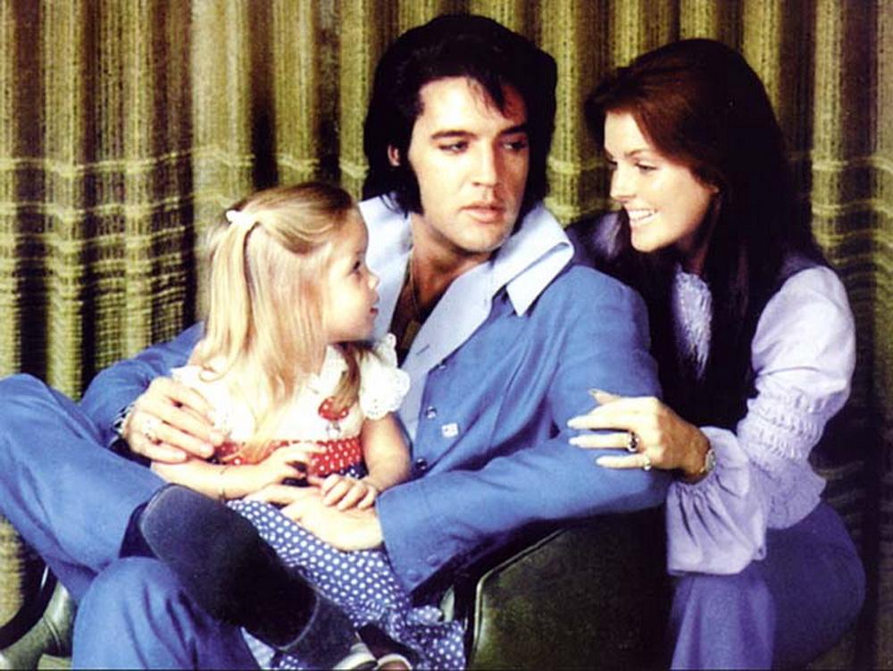 Элвис Пресли с женой Присциллой и их дочерью Лизой-Мари в 1970 году