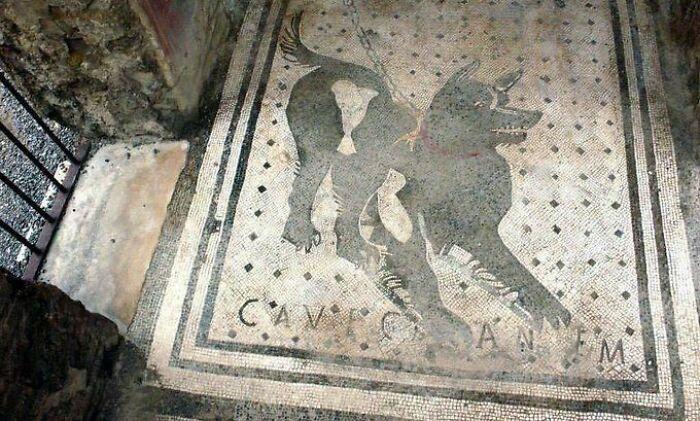 Один из старейших в мире знаков «Осторожно, злая собака», найденный в руинах Помпеи, Италия