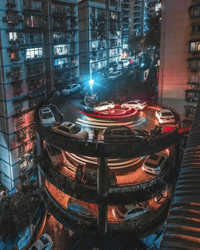 Люди, живущие рядом с винтовой улицей в Чунцине, Китай