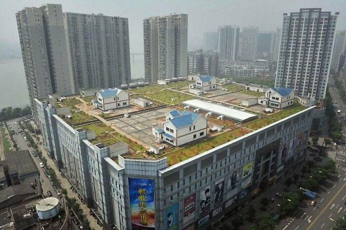 Частные дома на крыше восьмиэтажного торгового центра в Чжужоу, Китай