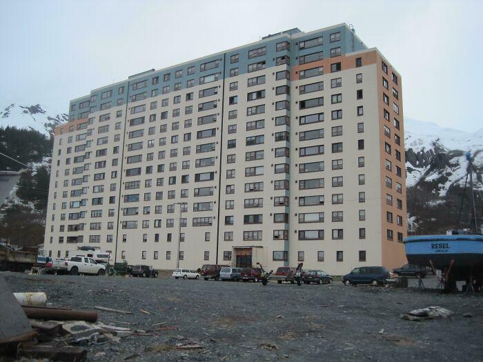 Все жители Уиттиера, Аляска, живут в одном здании