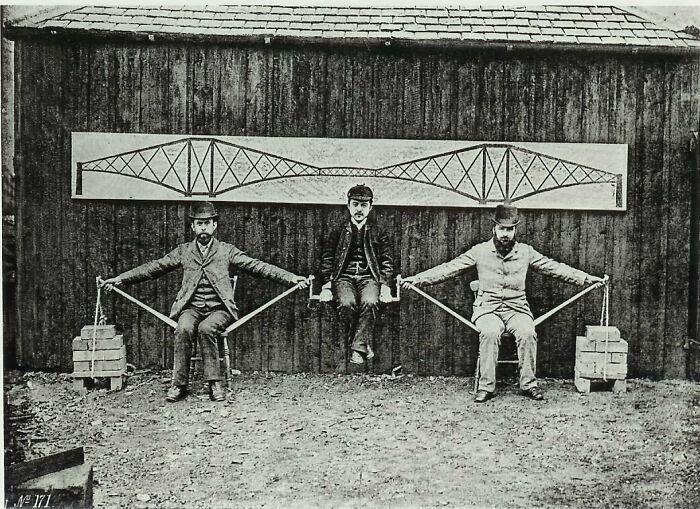 Инженеры-проектировщики демонстрируют консольные конструкции моста Форт-Бридж в Шотландии, 1887 год