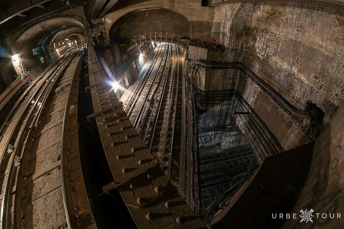 Пересечение трёх линий метро на площади Де Л'опера, Париж