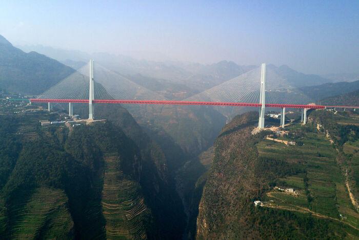 Мост Бэйпаньцзян, пересекающий реку Нижу в Китае на высоте 565 метров