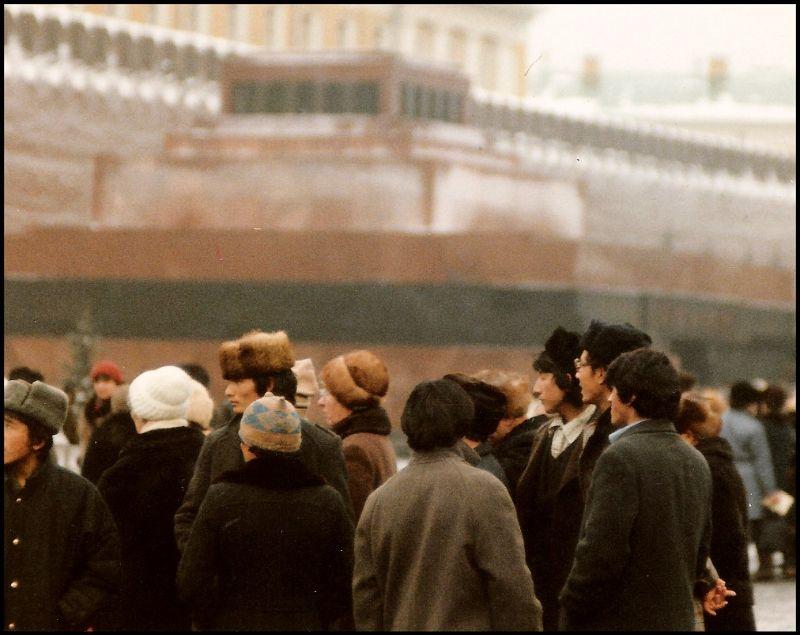 Москва, туристы у мавзолея Ленина на Красной площади, 1988 год