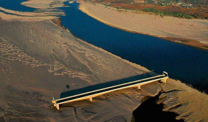 Ураган Митч изменил русло реки и сделал мост Чолутека в Гондурасе бесполезным