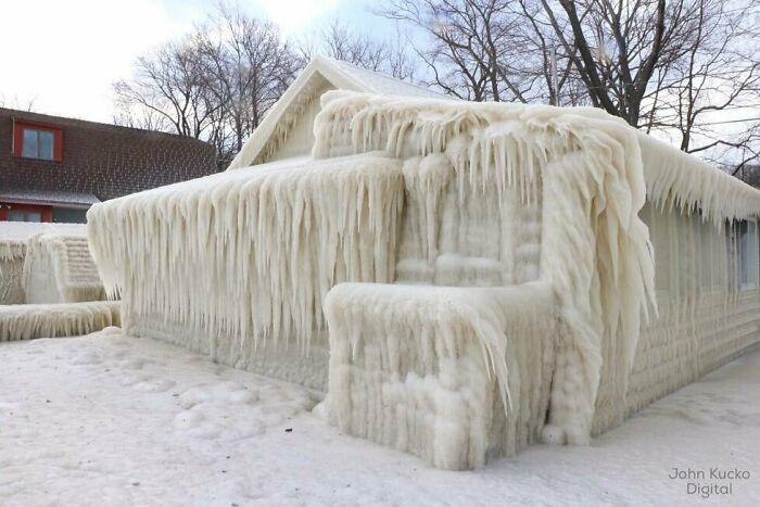 Дом на берегу озера во время ледяной бури