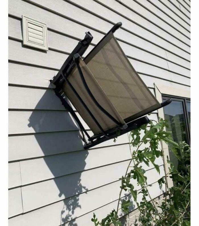 Ветер был настолько сильным, что шезлонг воткнулся в дом