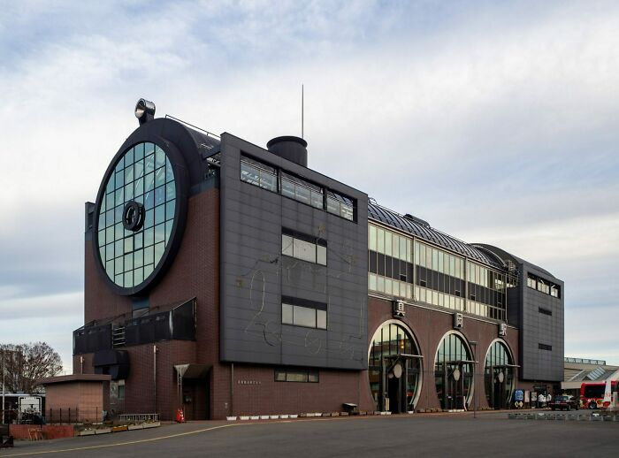Японский вокзал Мока в форме локомотива