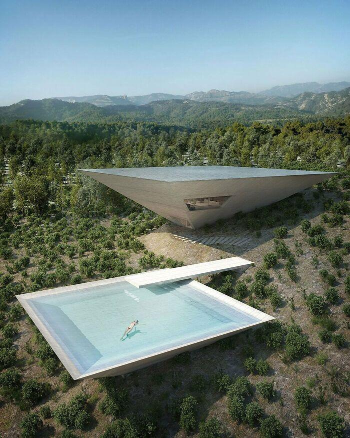 Дом в виде перевёрнутой пирамиды в Испании