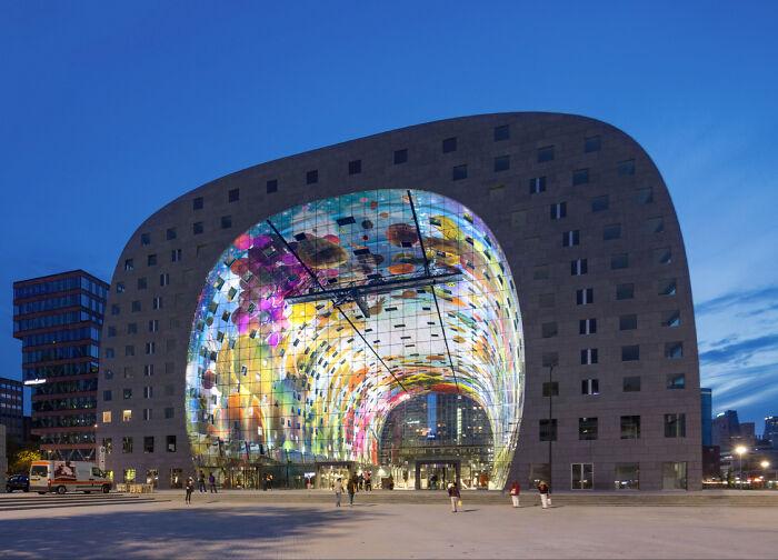 Огромный открытый рынок с квартирами внутри, Нидерланды