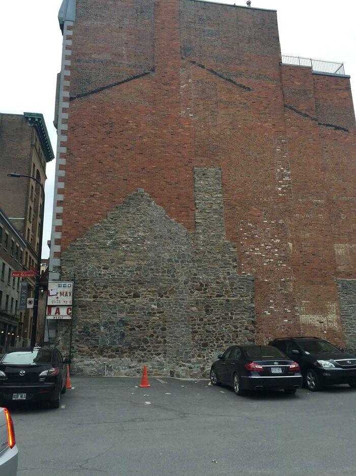 Эволюцию этого здания можно увидеть в его каменной кладке