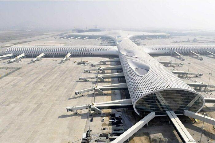 Международный аэропорт Шэньчжэня выглядит как гигантский самолет