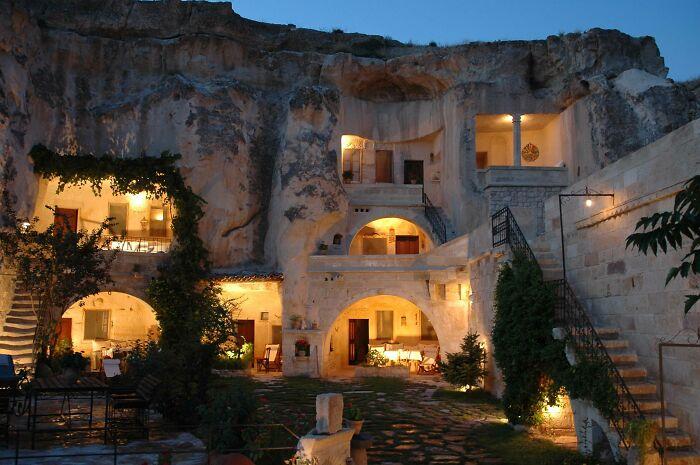 Жизнь пещерного человека с современными удобствами