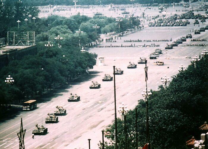 Фотография неизвестного бунтаря, в одиночку сдерживавшего колонну танков во время волнений на площади Тяньаньмэнь в июне 1989 года