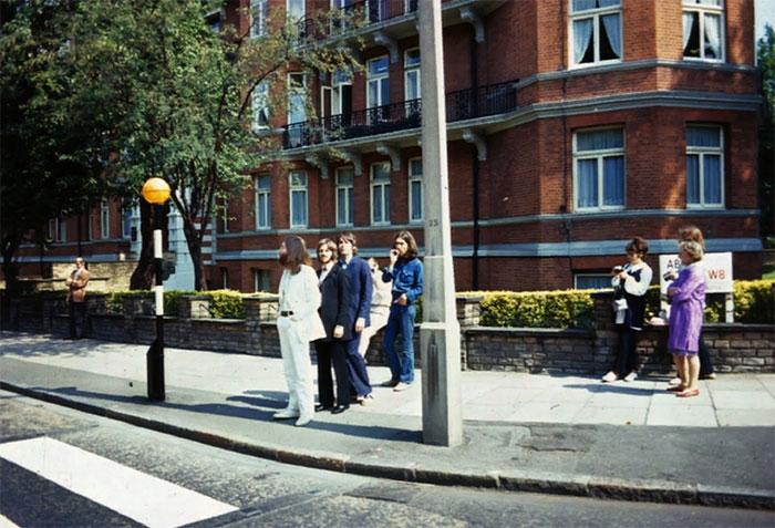 The Beatles готовятся пройти для снимка на обложку альбома Abbey Road