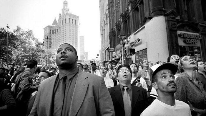 Зрители с ужасом смотрят, как рушатся башни-близнецы 11 сентября