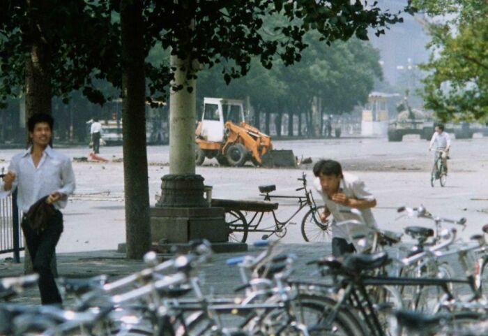 Площадь Тяньаньмэнь за минуты до знаменитого снимка 1989 года. Парень слева сверху