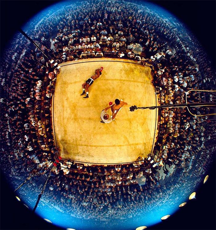 Мухаммед Али стоит над Сонни Листоном