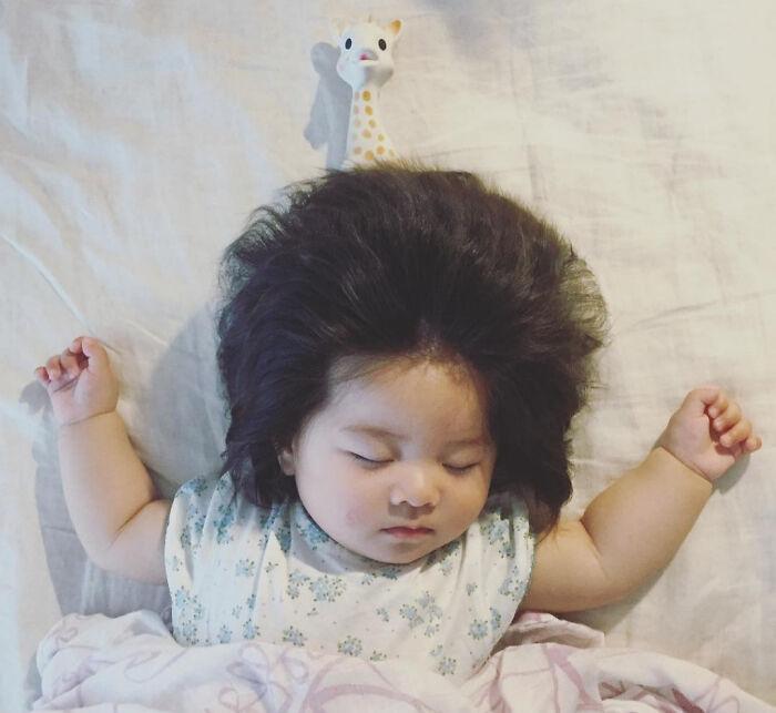 Малышка Чанко родилась с густыми волосами. Это она в возрасте 7 месяцев