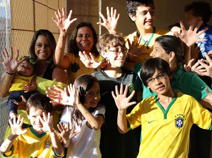 В бразильской семье у всех по 12 пальцев на руках и ногах из-за генетического отклонения под названием «полидактилия»
