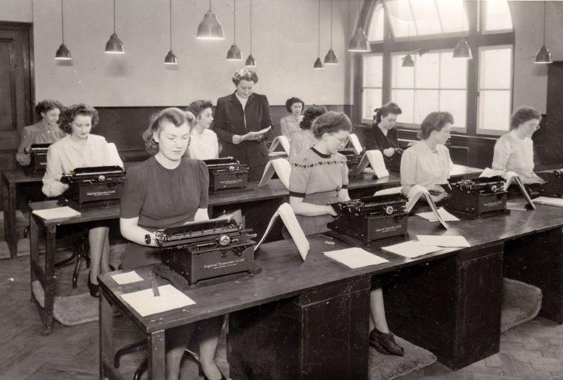 Старинные фотографии людей с пишущими машинками
