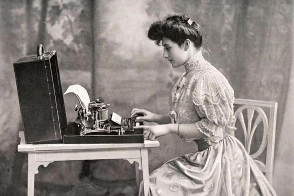 До компьютера: старинные фотографии людей с пишущими машинками