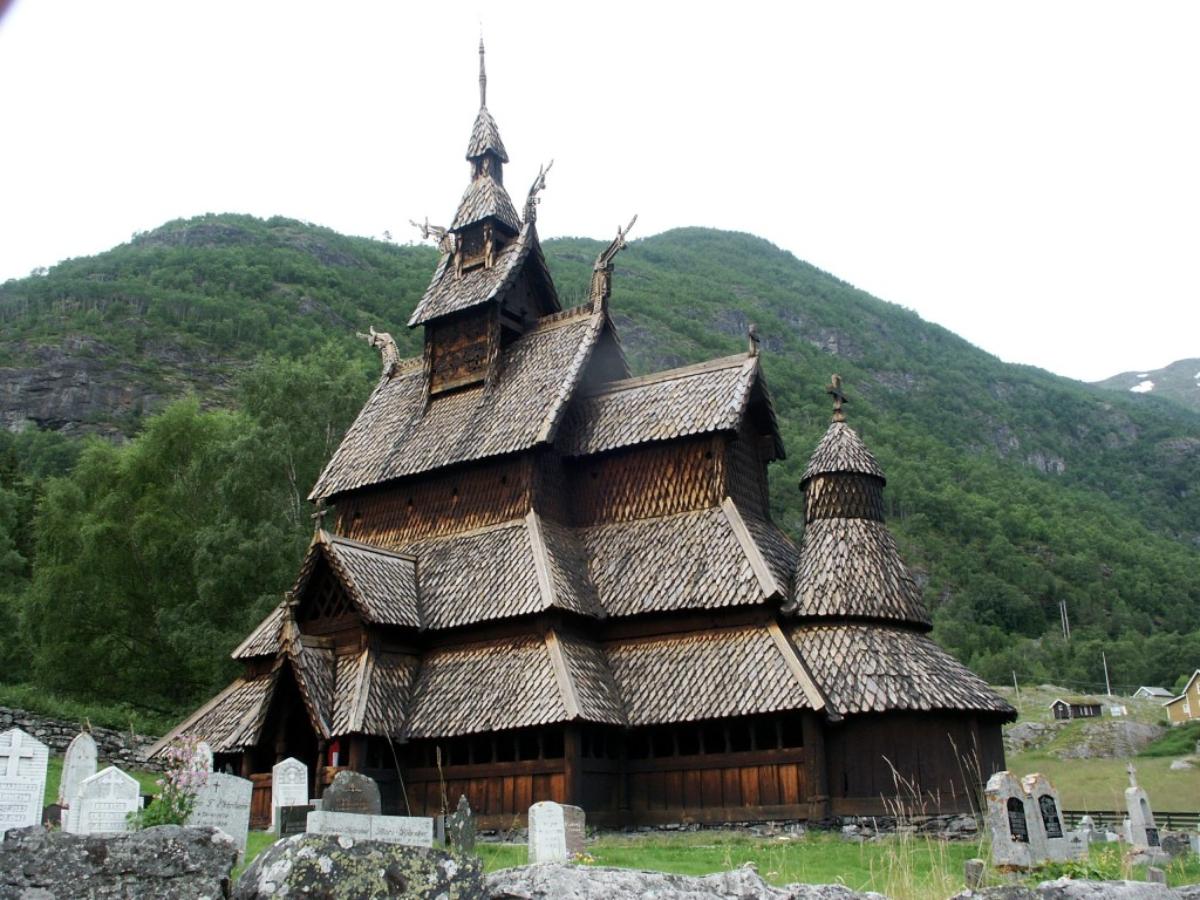 Красивая Боргундская деревянная церковь, построенная без единого гвоздя в конце XII века