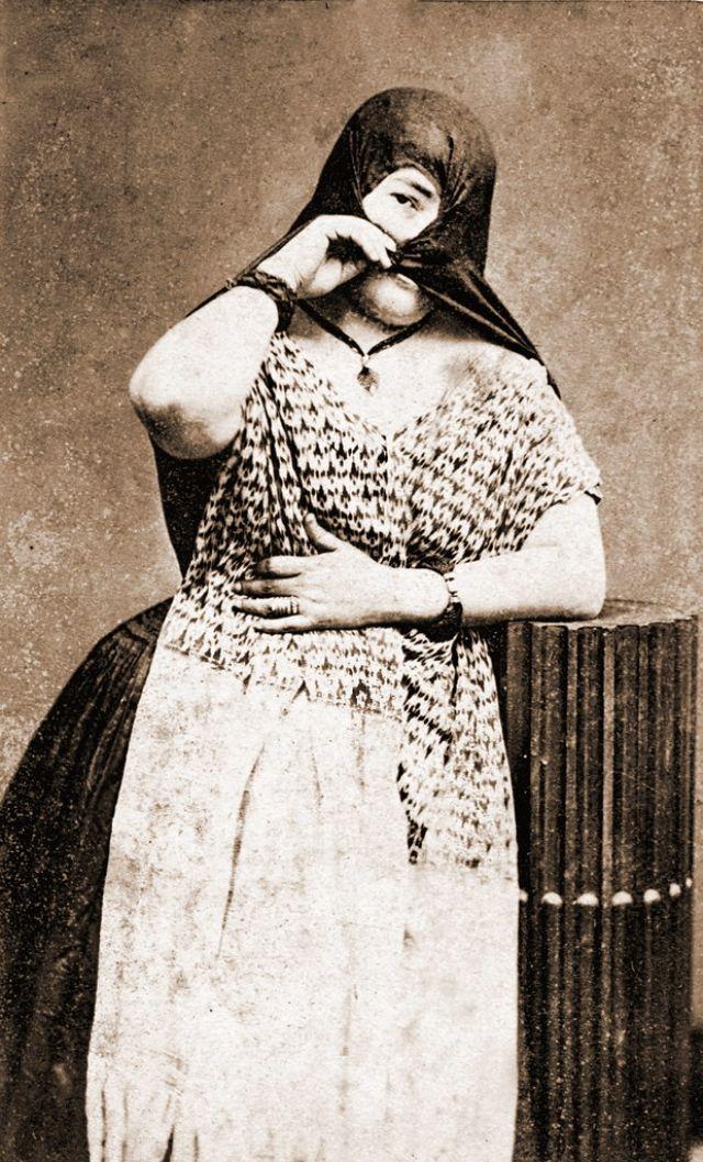 Перуанская женщина в традиционном костюме. Лима, Перу, около 1860-х годов