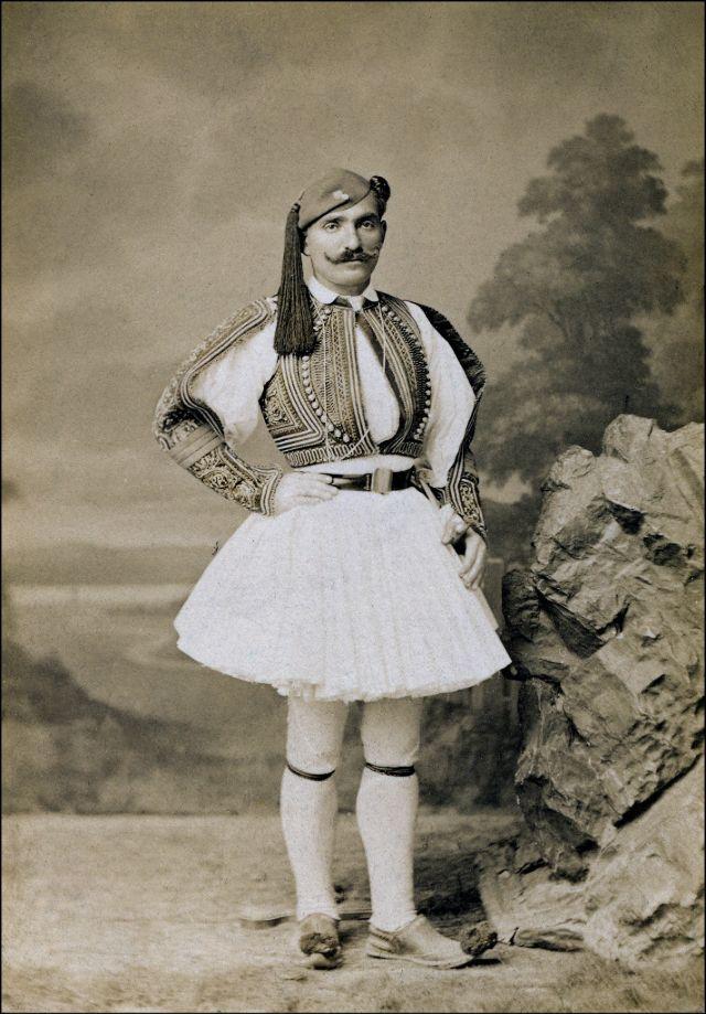 Грек или албанец, носящий фустанеллу, юбку традиционного костюма, около 1890-х годов