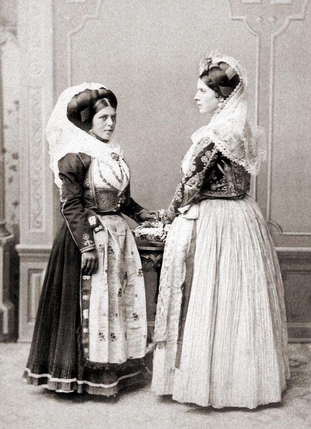 Традиционные средиземноморские женские костюмы, около 1890-х годов