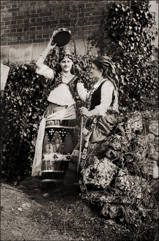 Две женщины в фольклорных костюмах, около 1890-х годов